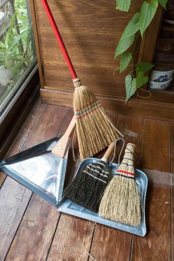 掃除道具も自然素材にこだわる。愛用の箒。