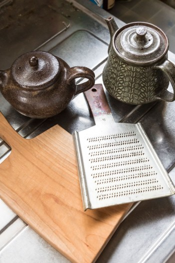 作家ものの急須、やまざくらのカッティングボード、京都の菊一文字の手作り銅製おろし金などを愛用。