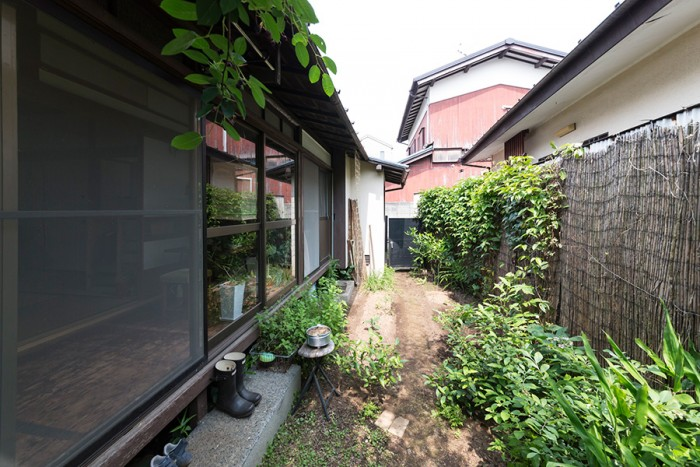 野菜やハーブの他、クレマチスや月桂樹なども育てている庭。家の西側のスペースには、芝生の広場をつくる予定。