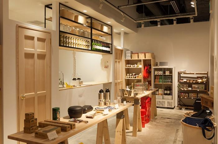 「KITCHENETTE」は、小さなキッチンの意味。キッチンカウンターやロングテーブルなどが配置された店内は、家の中に招かれたような空間。