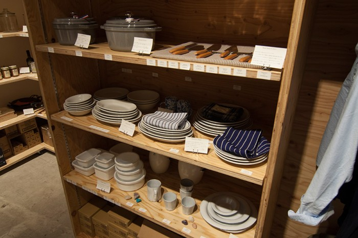 上段からストーブの鍋、Saturniaのテーブルウェア、野田琺瑯のバットが並ぶ。長きに渡り変わらずに愛される永遠の定番アイテムばかり。