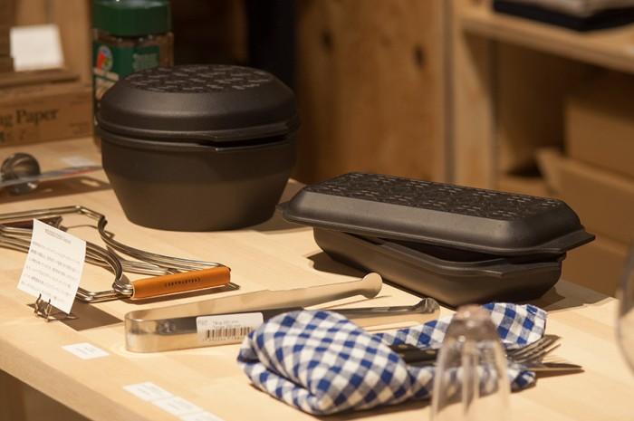 「WEEKENDER」のダッチオーブン。スタンダードなROUND(左)と特徴的なSQUARE(右)。全体を均一の温度に保ち、蒸気を逃がしにくい特質で、じっくり加熱することで食材本来の美味しさを引き立てる。