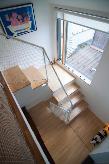 2階から見下ろす。少しずつスキップしている階段の踊り場のコーナーにはしゃれた照明の仕掛けが。