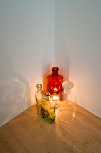 この照明をデザインしたのは、建築家の妻で、照明デザイナーの内藤真理子さん。蚤の市で入手した瓶が使われている。