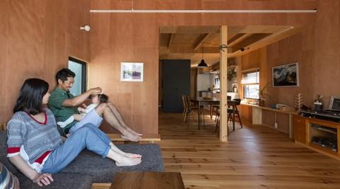 三角屋根に小さな窓アウトドア好きのふたりが作る山小屋のような家