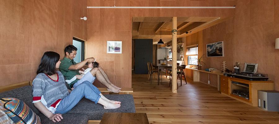 三角屋根に小さな窓  アウトドア好きのふたりが作る 山小屋のような家