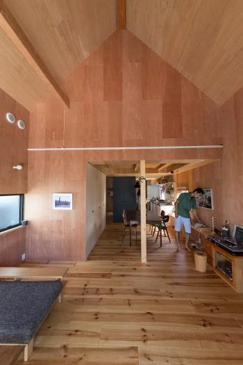 三角屋根が山小屋のような雰囲気。天井、壁、床ともに木で、それぞれの表情が少しづつ違う。