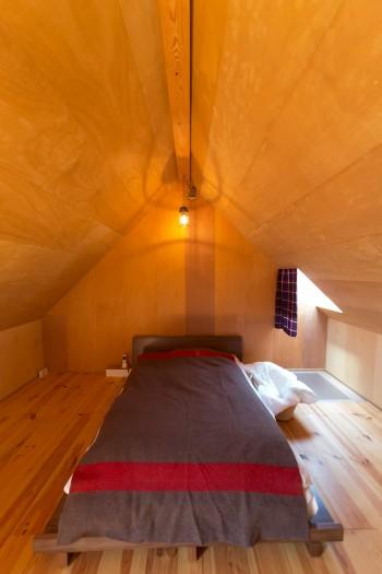 3階のベッドルームも三角屋根。落ち着ける天井の低さと窓の小ささで、ぐっすり眠れるのだそう。