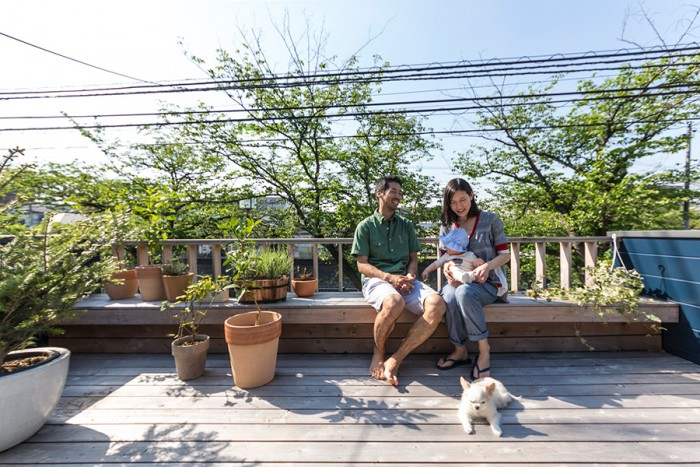 川沿いの桜の並木道を借景にしたテラス。「この桜並木を見て、ここに家を建てるなら広いテラスを作りたいと思いました」