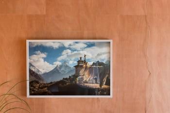 """室内から見えるヒマラヤ。「写真家の伊藤徹也さんの写真です。""""母の首飾り""""と呼ばれるアマ・ダブラムという山です」"""