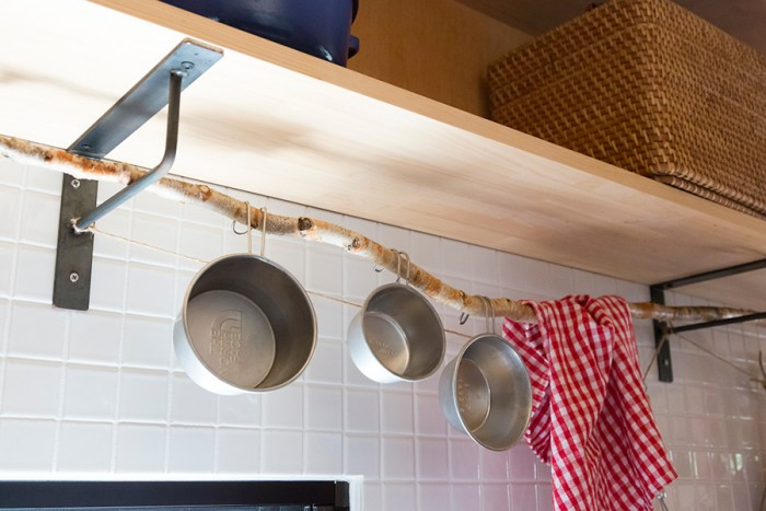 キッチンでシェラカップを掛けているのは、自然の木。