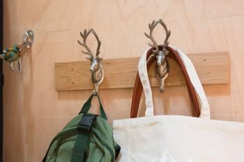 バッグを掛けているフックは立派なツノを持った鹿がモチーフ。