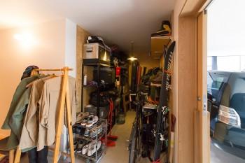 玄関を入ってすぐの場所に、靴を脱がずにそのまま入れるアウトドア用品を収納するスペースを設けてある。
