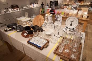 1475年創業のフランスのガラスメーカー「La Rochere」のBeeシリーズのワイングラスやピッチャーなどテーブルウェアも豊富。