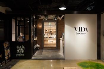 店舗入り口向かって左側がSTREAMER COFFEE COMPANY、右側がVitamixドリンクバー。