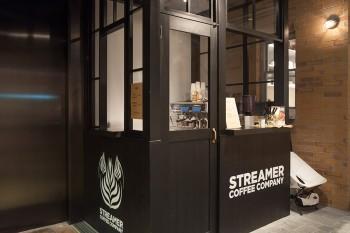 コーヒーメニューは2種類。ストリーマーラテ450円、アメリカーノ410円。