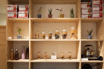 アンティークのような趣のあるグラスコンテナー。日本で数人しか残っていない、ガラス職人の手によるもの。男性にも人気が高いアイテム。