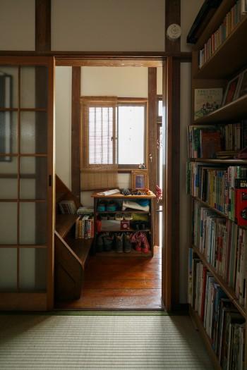 1階の4畳半から玄関の方をみる。適度なほの暗さで落ち着く。