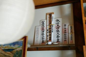 神棚もあり、北口本宮冨士浅間神社のお札などが飾られている。