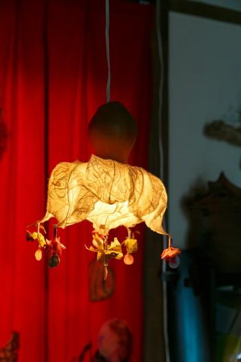 """こちらも友人アーティストの作品のひょうたんランプ。モチーフは""""くらげ""""だそう。"""