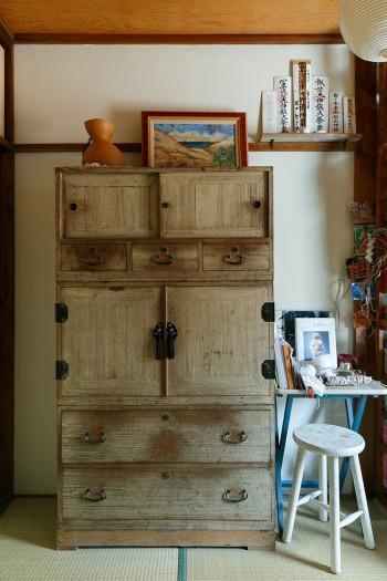 古い桐箪笥が「あゆちハウス」にはよく馴染む。