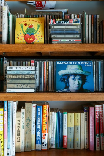 好きな音楽のCDやカセットテープ、様々なジャンルの本を並べた本棚。