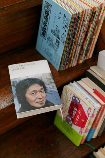 階段には、そのときの気分や「あゆちハウス」を訪れる人に合わせた本を置く。