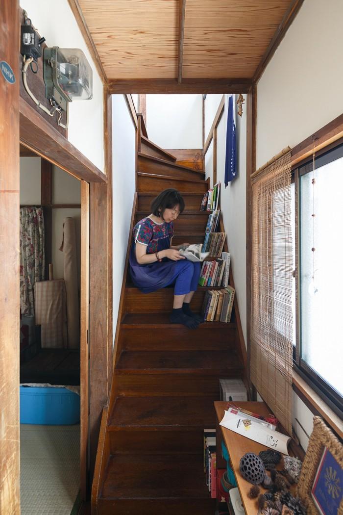 「階段で読書をするのが落ち着くんです」と堀田さん。