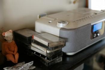 気に入るデザインのコンポがないからと、壊れたままの機械でカセットテープを聴く。