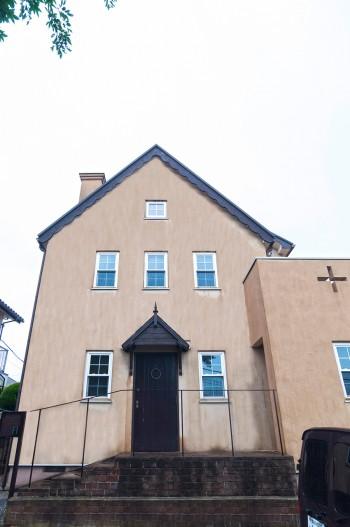 小高い丘の上に建つ「フランキンセンス+ハウス」。ドアは取り壊される教会から頂いたもの。アイアンの門扉と柵はオーダー品。
