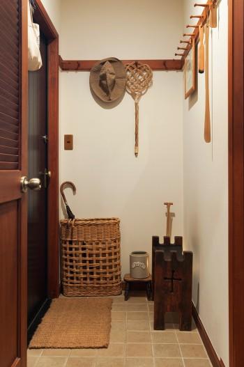 教会で使われていたアンティークの椅子、オリジナルの傘入れなどを置いた玄関。実用的でありながらシンプルで美しい。