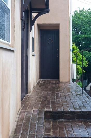 エントランスのレンガはベルギーから輸入したもの。アッシジを思わせる外壁のアースカラーにマッチする。