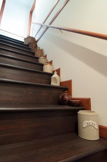 階段は教会のドアに合わせたため幅広になった。イギリスのアンティークの壷などを置き、階段ギャラリーとして楽しんでいる。