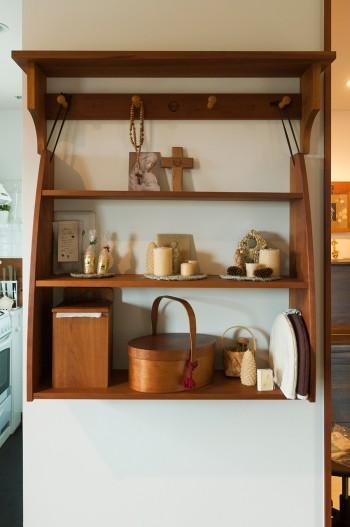 革ひもでペグに掛けられるハンギングシェルフ。壁にぴったり合うサイズで隙がない。シェーカースタイルのボックスが美しい。