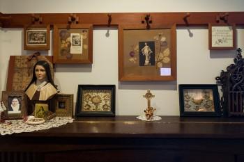ピアノの上は聖テレーズのコーナー。テレーズ像や遺品の入った十字架などを飾っている。