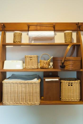 同じくハンギングシェルフ。ペットベッドの上にあり、愛犬のシーツや衣類などを収納。バスケットは持ち手のところが十字架に。