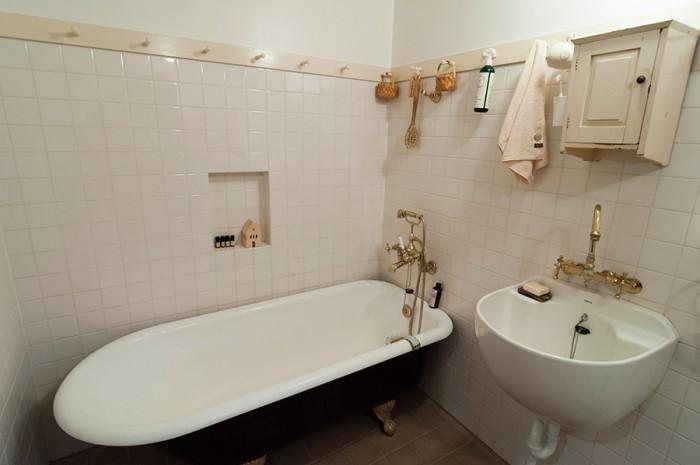 床のアッシジ色のタイルに合わせ、壁のタイルやペグはクリームがかった白にペイント。シンクはシャンプーのできるものを探した。