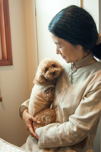 オーガニック服を着る愛犬のトイプードル、キアラちゃん。しょうこさんの服はオーガニックのオリジナル商品。