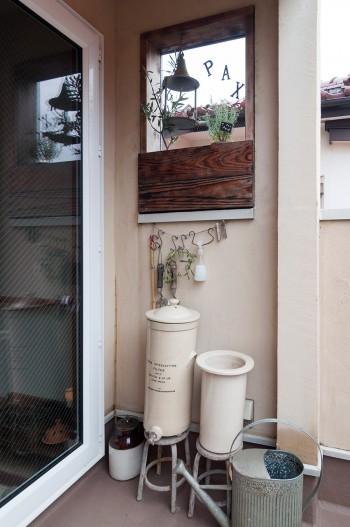 採光窓には、平和のシンボルでもあるアッシジを思い起こす箱庭を作った。下は1890年の浄水器をコンポストとして活用したもの。