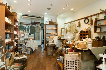 「フランキンセンス+ショップ」では、フランキンセンス・ハウスで愛用されているオリジナルグッズやセレクト商品などを販売。