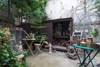 「フランキンセンス+ショップ」の奥にある「ガーデン+ショップ」。アンティークなどのガーデングッズが揃う。