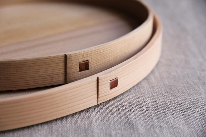 凛とした佇まいが美しい木の器。杉の柾目板を手作業で曲げ、桜の革で綴じて仕上げられる。