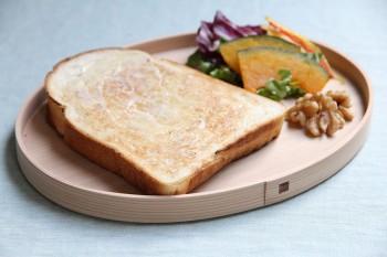 トーストの蒸気を杉が吸うため、パンの裏側が蒸気でふやけることなく、最後まで焼きたての食感を楽しむことができる。