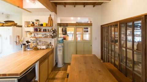 和を活かした空間にリメイク仕事がはかどり、家族が安らぐ  和みカフェスタイルの家
