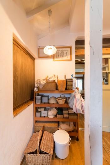 パン教室や販売のために使う道具を収納。左手の窓から販売することを提案したのは、ご主人だとか。