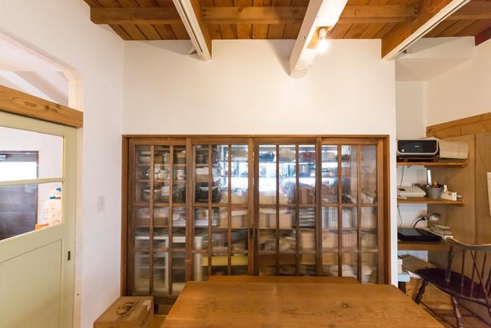 キッチンのあった場所は、今は収納スペースに。ネットオークションで落とした引き戸が空間にマッチ。