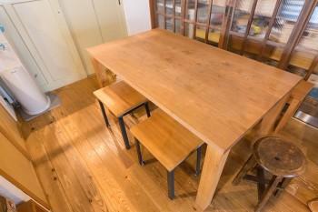 """ナラ材のテーブルは「TRUCK」のもの。""""予算がなくて""""、椅子はそれに合わせパイン材と鉄の脚でオーダーメイド。"""