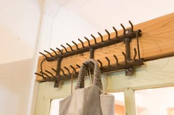 鉄製のフックも古道具屋で購入。錆びた感じが味。