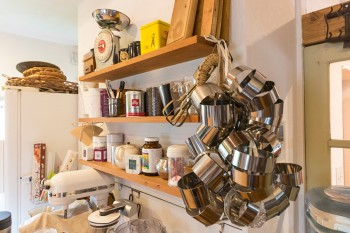 オープンシェルフに並ぶ器具や材料、吊るした型などが、見せる収納に。