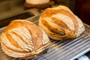自分で起こした天然酵母と国産の材料にこだわったパンが好評。噛めば噛むほど味わいが増してくるかのよう。